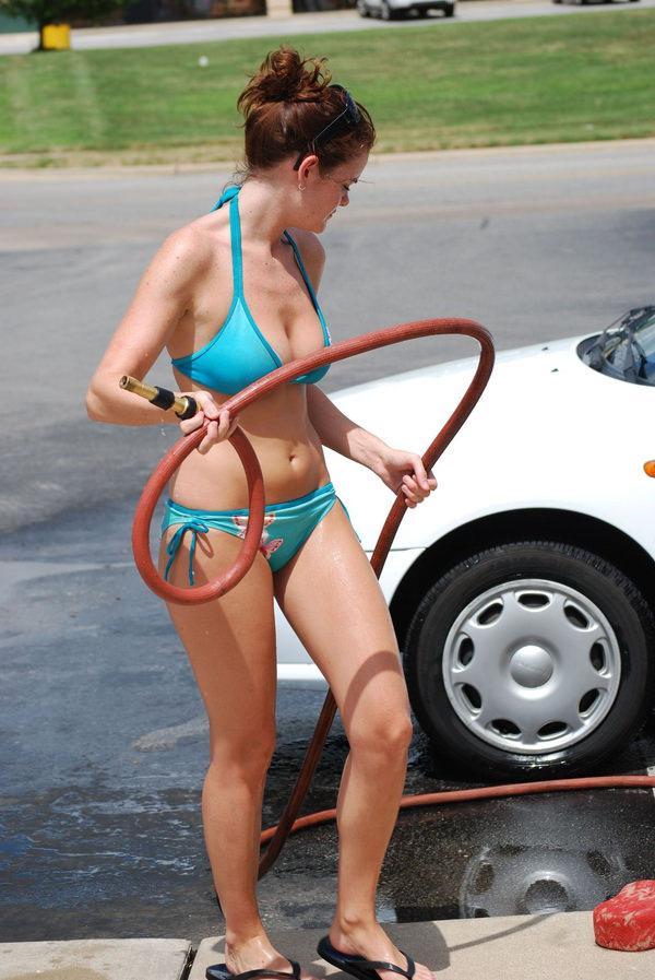 裸やビキニで洗車する外国人美女 24