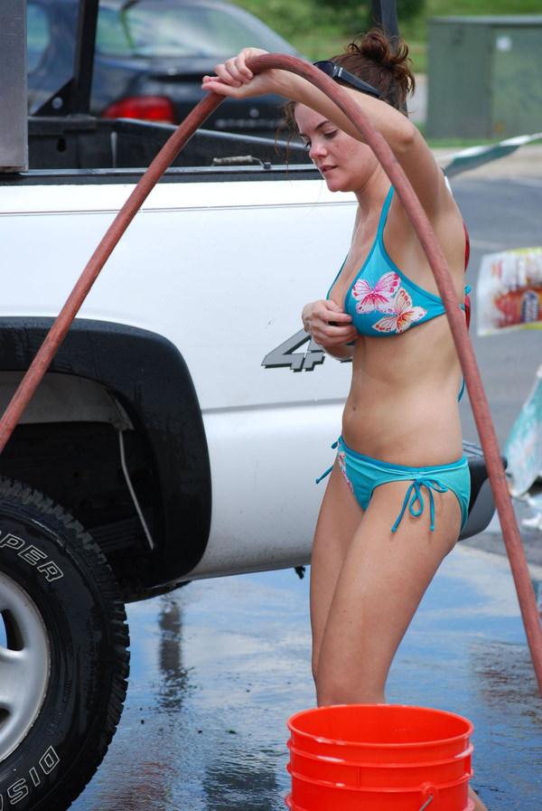 裸やビキニで洗車する外国人美女 26