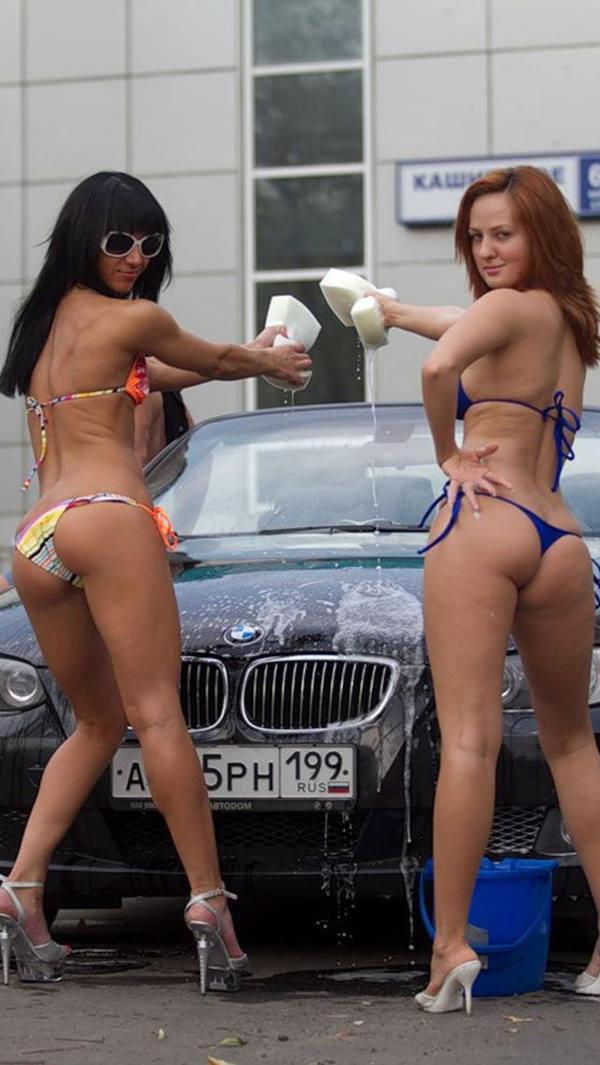 裸やビキニで洗車する外国人美女 28