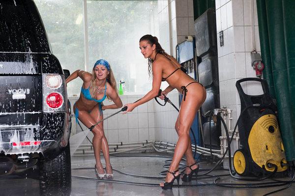 裸やビキニで洗車する外国人美女 30