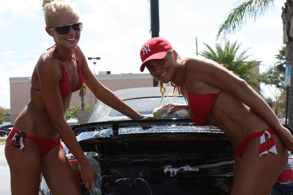 裸やビキニで洗車する外国人美女 31