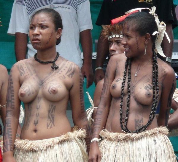 裸族のアフリカ原住民 13