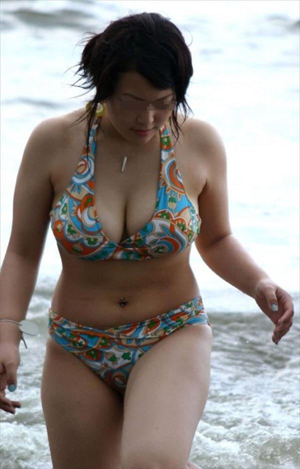ビーチで見かけたビキニ水着の爆乳素人 12