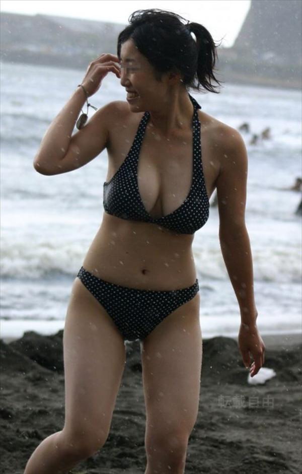 ビーチで見かけたビキニ水着の爆乳素人 13