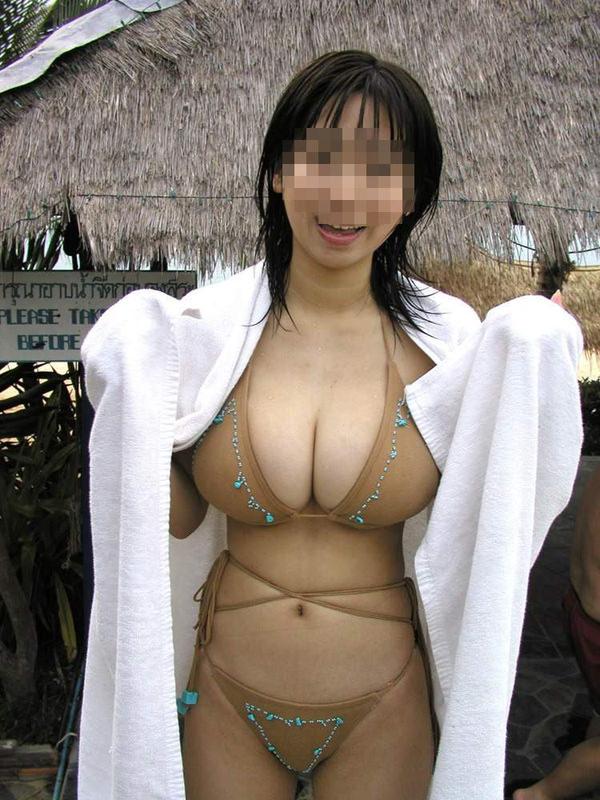 ビーチで見かけたビキニ水着の爆乳素人 26
