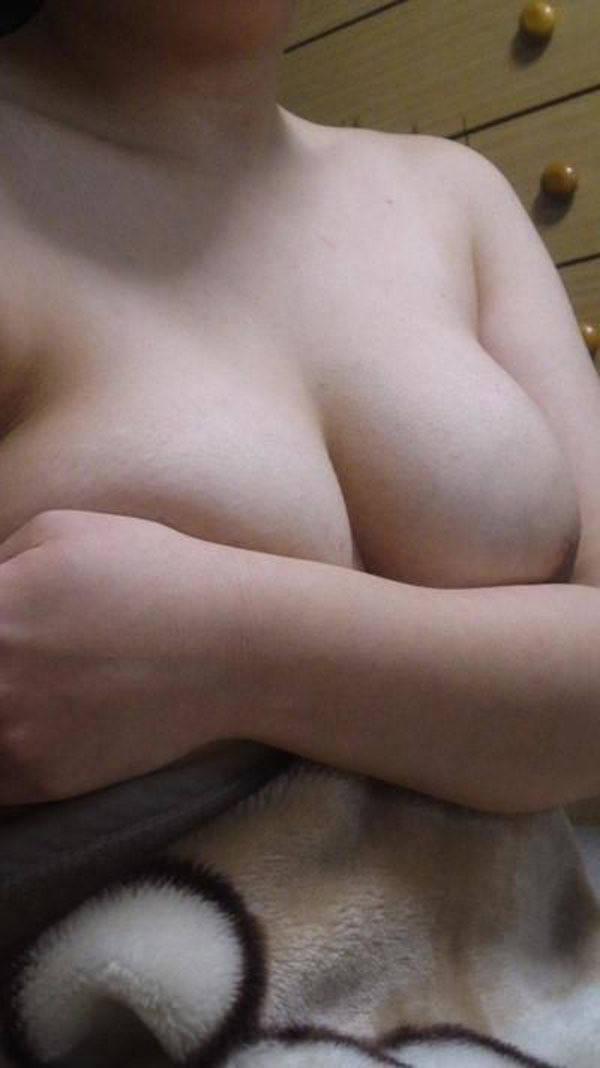 巨乳素人の手ブラ 25