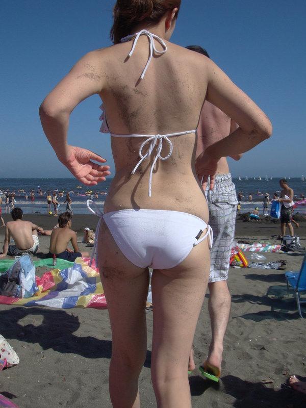 ビーチで砂まみれの水着素人のお尻 5