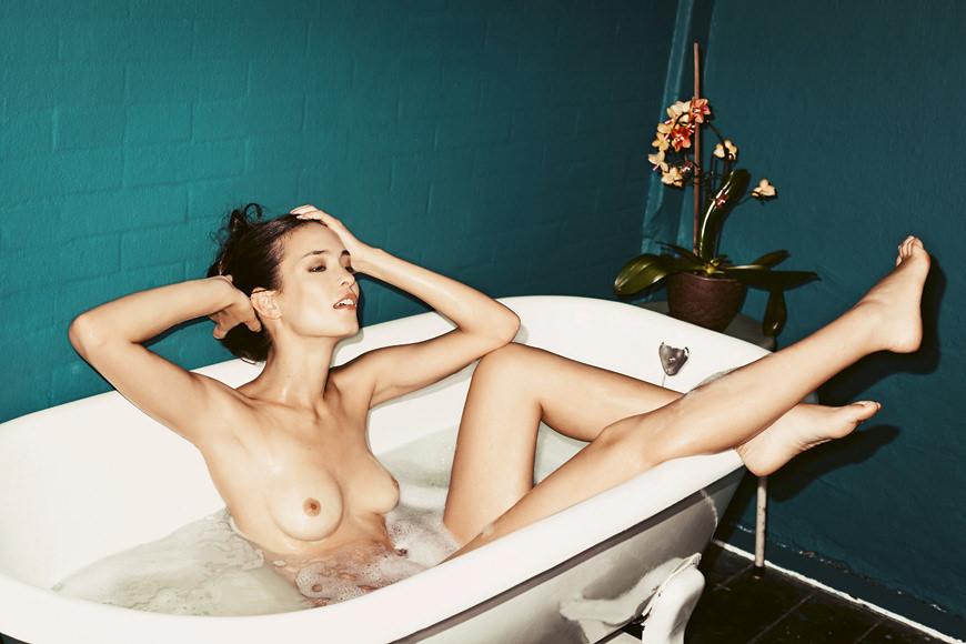 バブルバスに入浴中の外国人美女