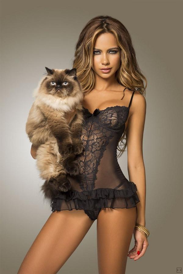 黒下着でバッチリ決めてる外国人美女が超セクシー