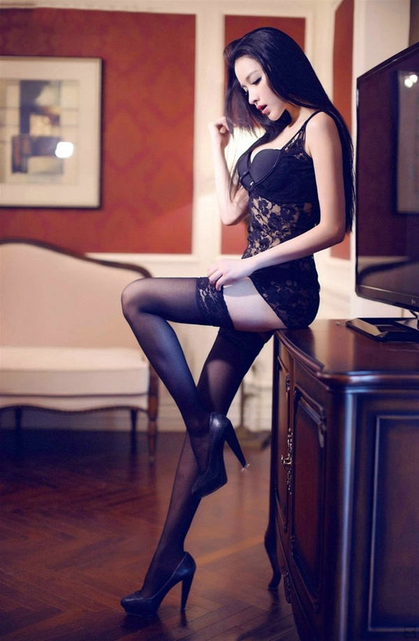 外国人美女のセクシーな黒下着姿 9