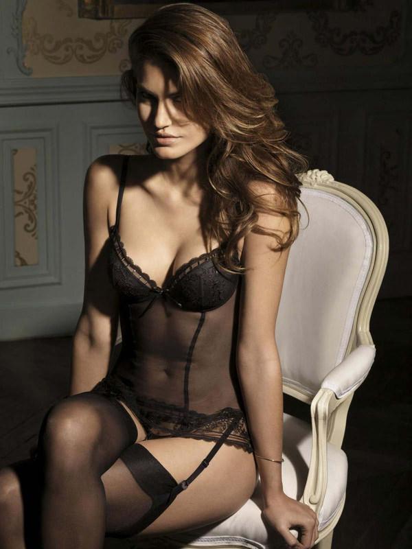 外国人美女のセクシーな黒下着姿 11