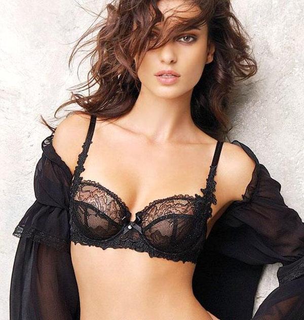外国人美女のセクシーな黒下着姿 17