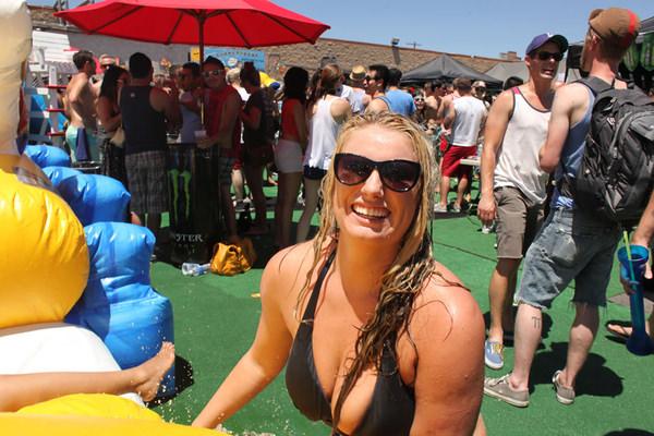 プールで遊んでる外国人素人 10