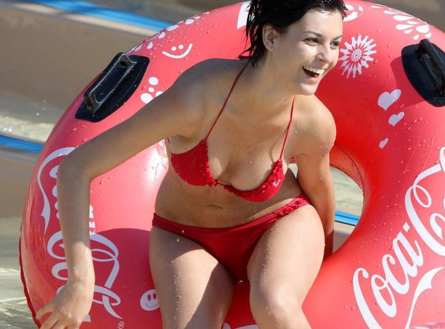 (ポ少女あり)プールではしゃぐビキニ姿がえろい外国人シロウト