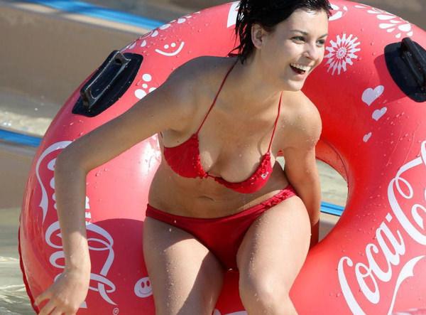 プールで遊んでる外国人素人 13