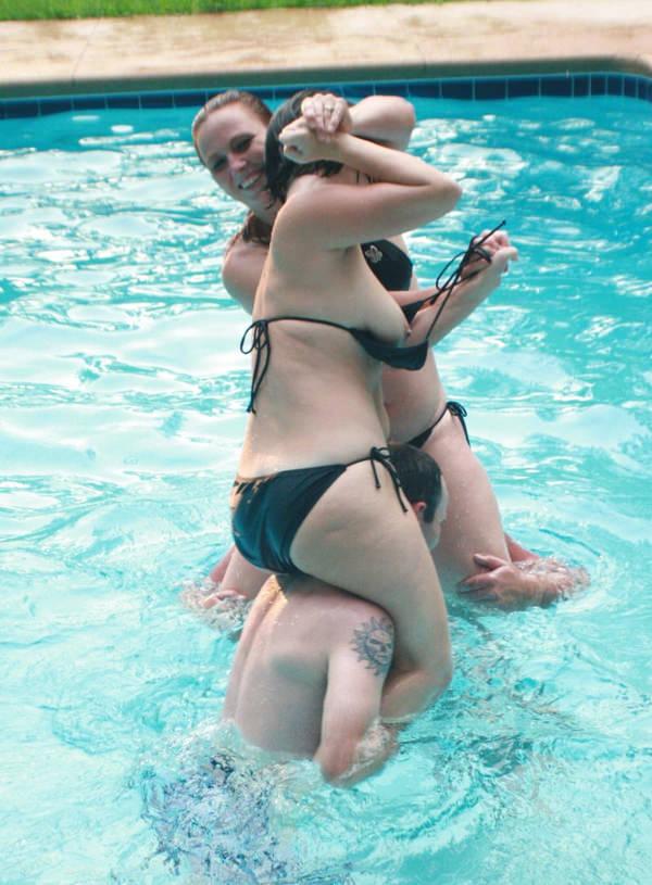プールで遊んでる外国人素人 15