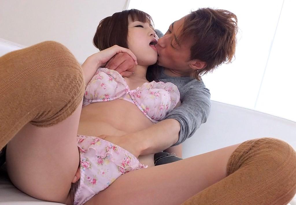 後ろから抱きしめてキス
