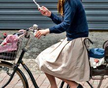 子供乗せ付きママチャリにライドオン!自転車に乗ってる人妻画像