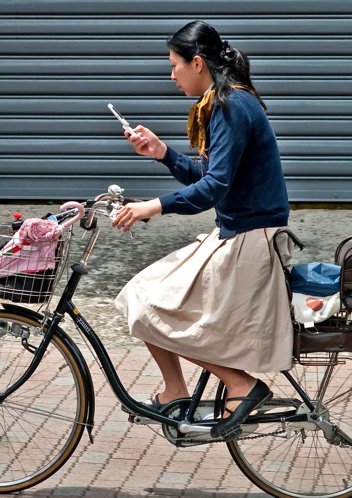 子供乗せ付きお母ちゃんチャリにライドオン☆自転車に乗ってるヒトヅマ写真