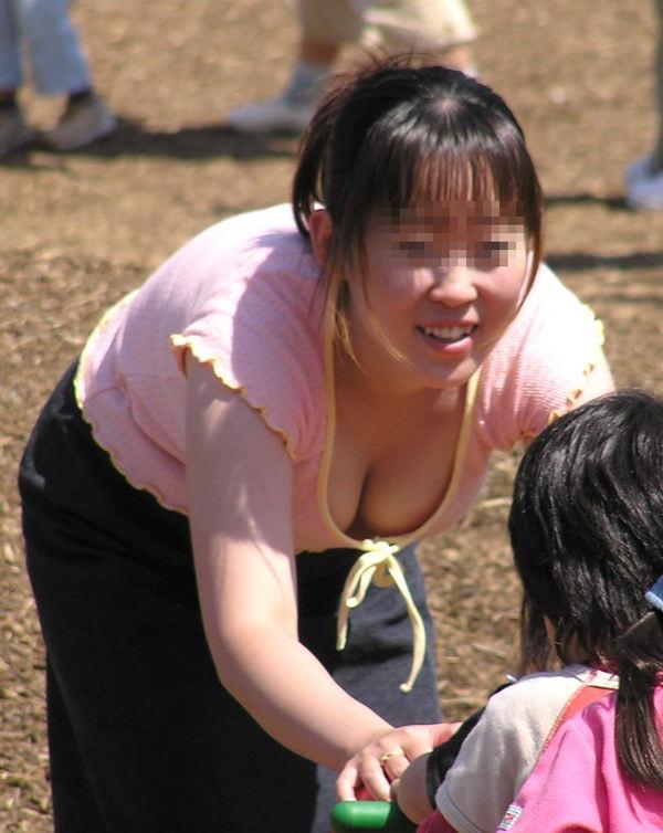 子連れママさんの胸チラ 5