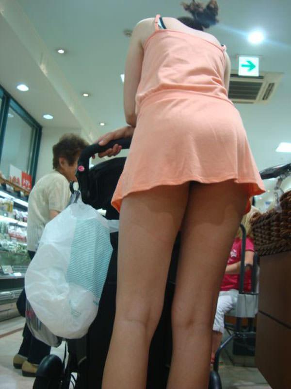 買い物中の人妻 1
