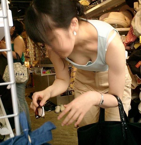 買い物中の主婦 2