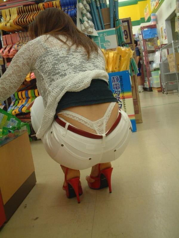 買い物中の主婦 4