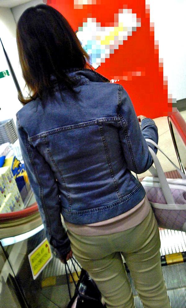 買い物中の主婦 11
