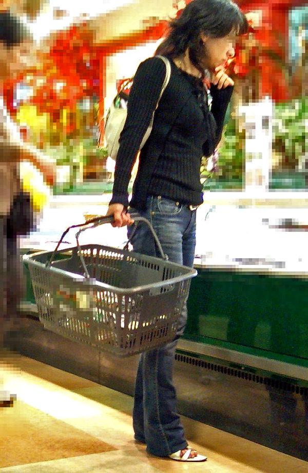 買い物中の主婦 12