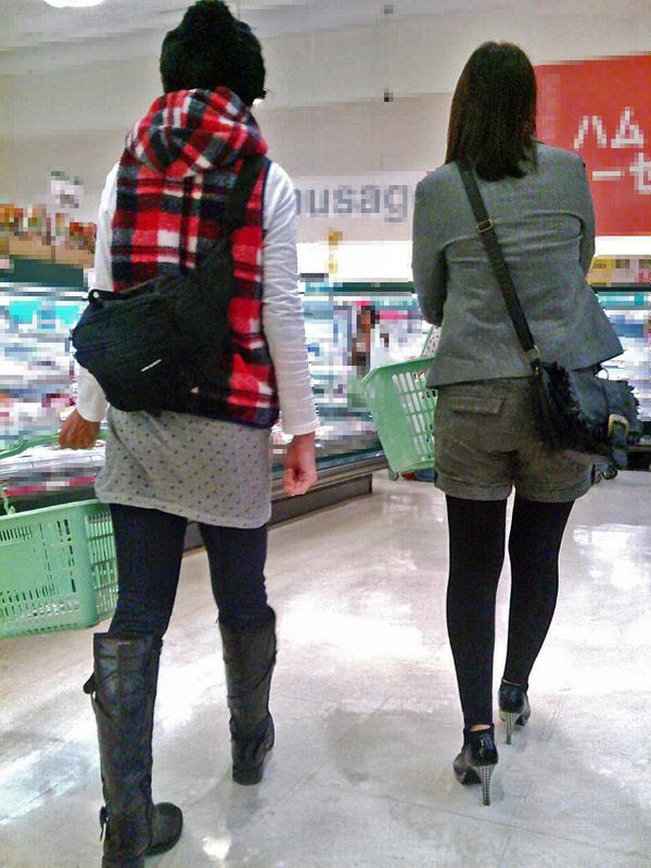 買い物中の主婦 13