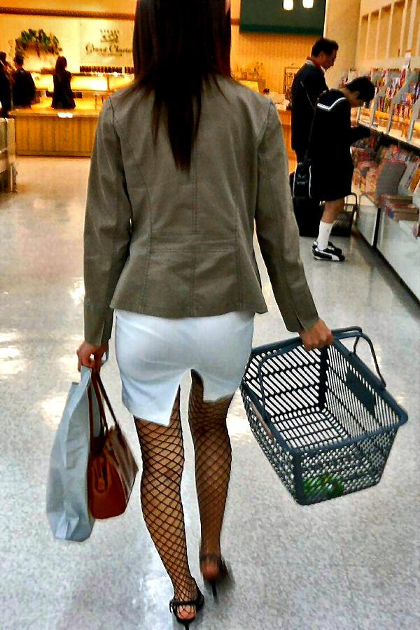 買い物中の人妻 14