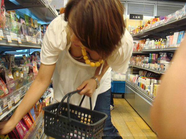 買い物中の人妻 16