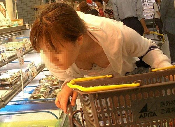 買い物中の人妻 17
