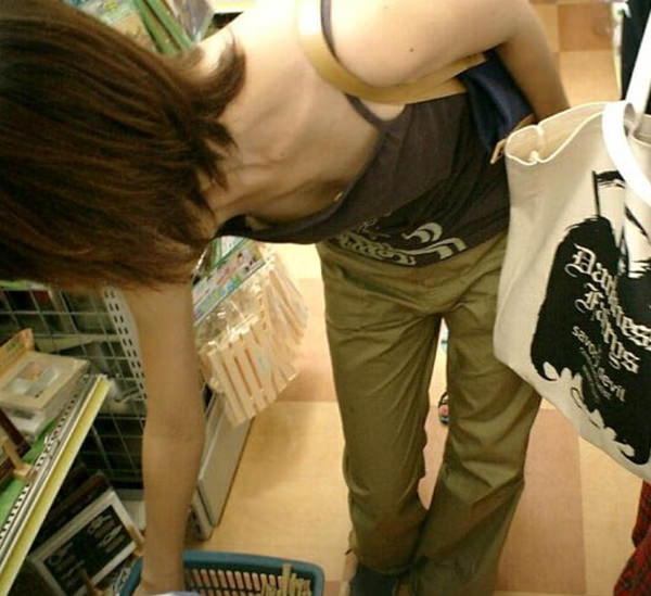 買い物中の主婦 23