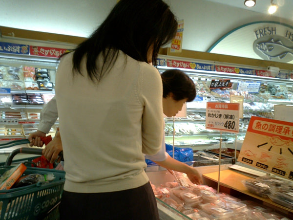 買い物中の人妻 26