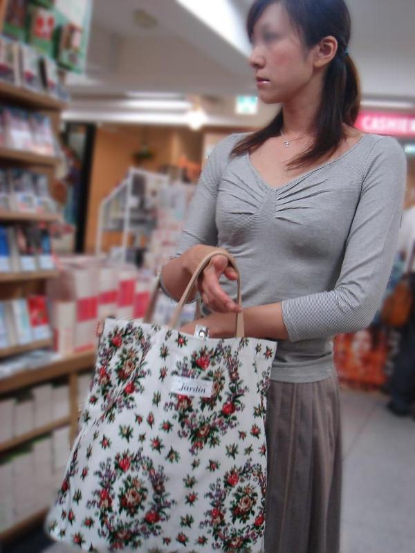 買い物中の人妻 29
