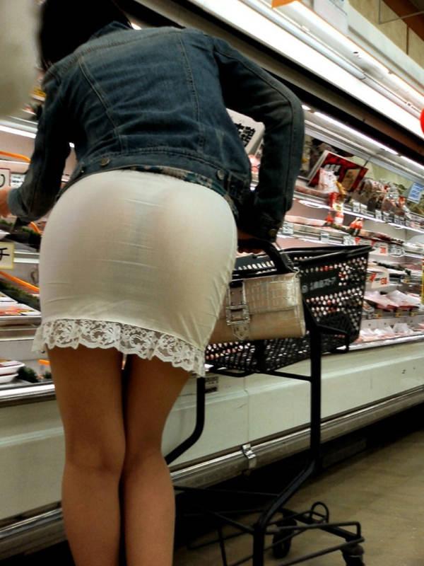 買い物中の主婦 32