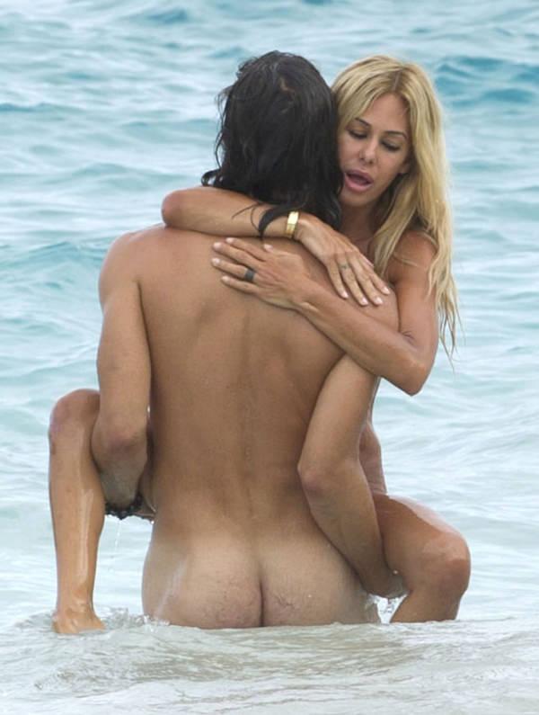 ヌーディストビーチでセックスやフェラする外国人 2