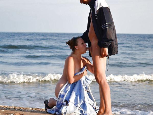 ヌーディストビーチでセックスやフェラする外国人 12