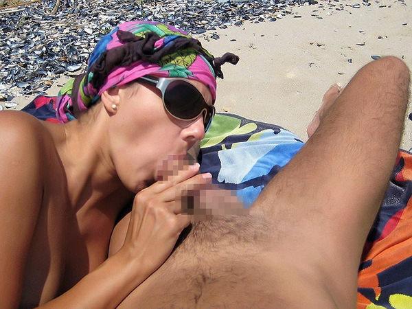ヌーディストビーチでセックスやフェラする外国人 18