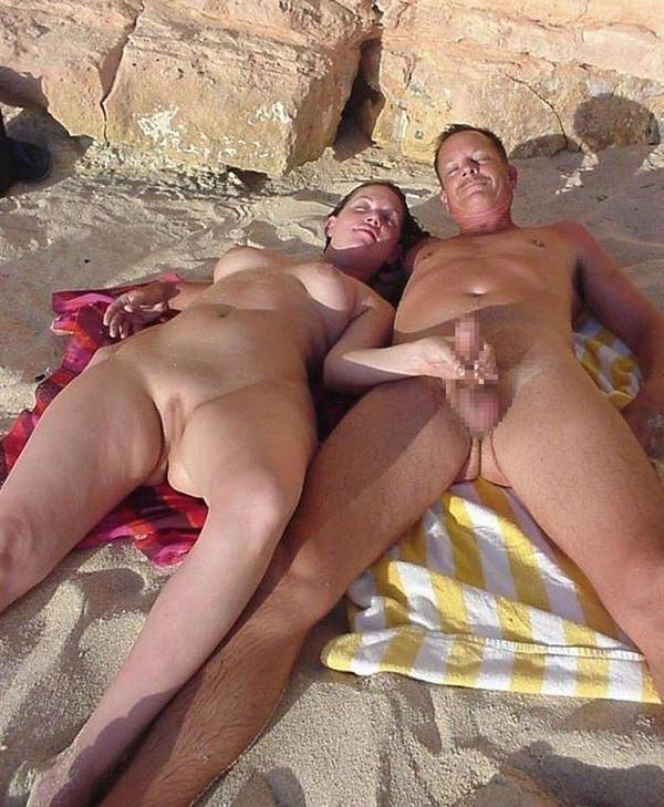 ヌーディストビーチでセックスやフェラする外国人 24