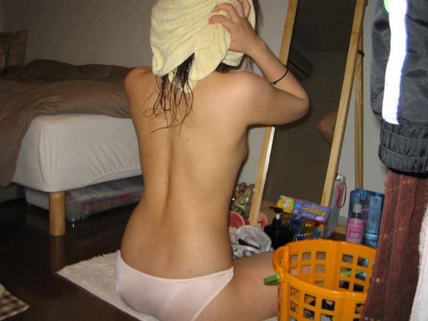 部屋でパンツ一枚の素人の女の子 27