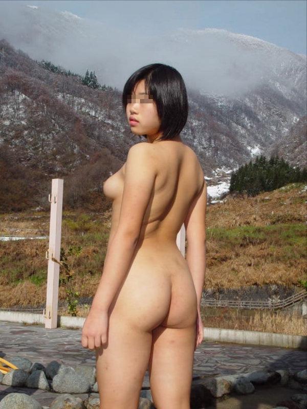 全裸で野外露出する変態素人 22