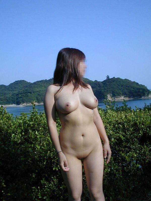 全裸で野外露出する変態素人 24