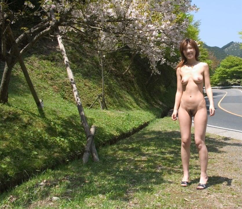 全裸で野外露出する変態素人