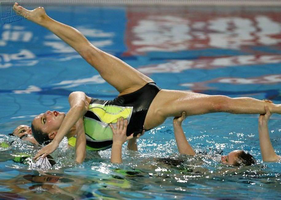 (女子アスリート)シンクロ選手の大開脚の股間写真