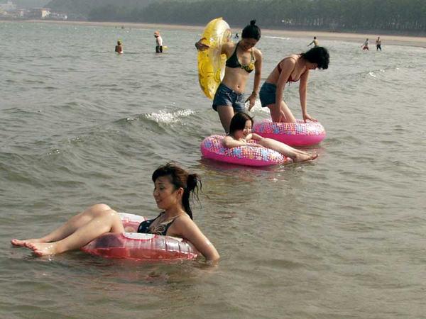 浮輪で遊ぶビキニ素人 19