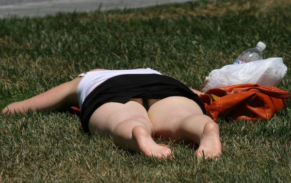 芝生で寝ころぶ外国人のパンチラ 1