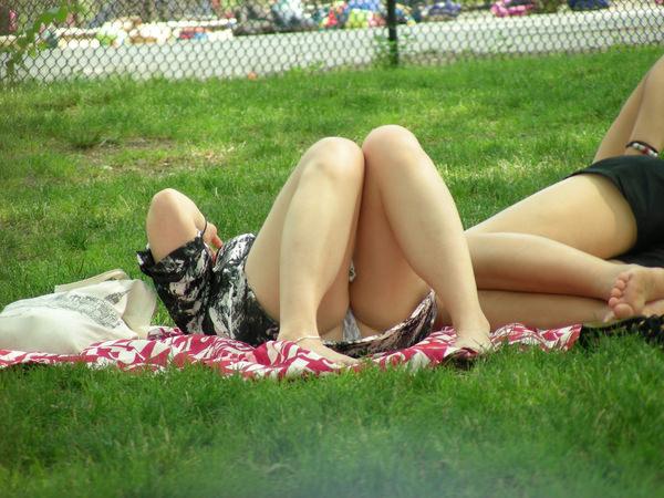 芝生で寝ころぶ外国人のパンチラ 5
