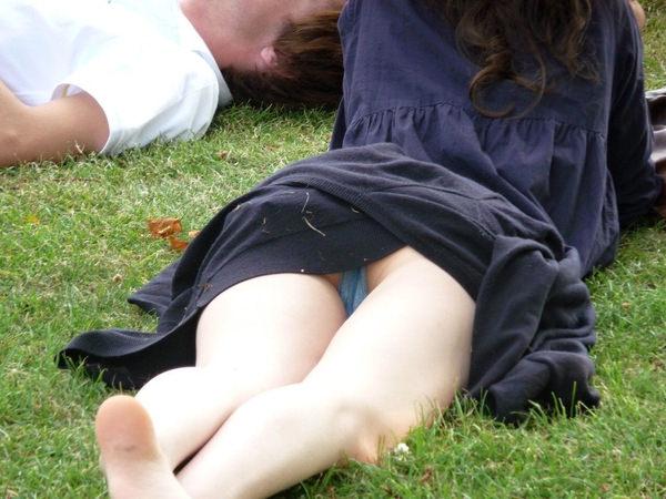 芝生で寝ころぶ外国人のパンチラ 6